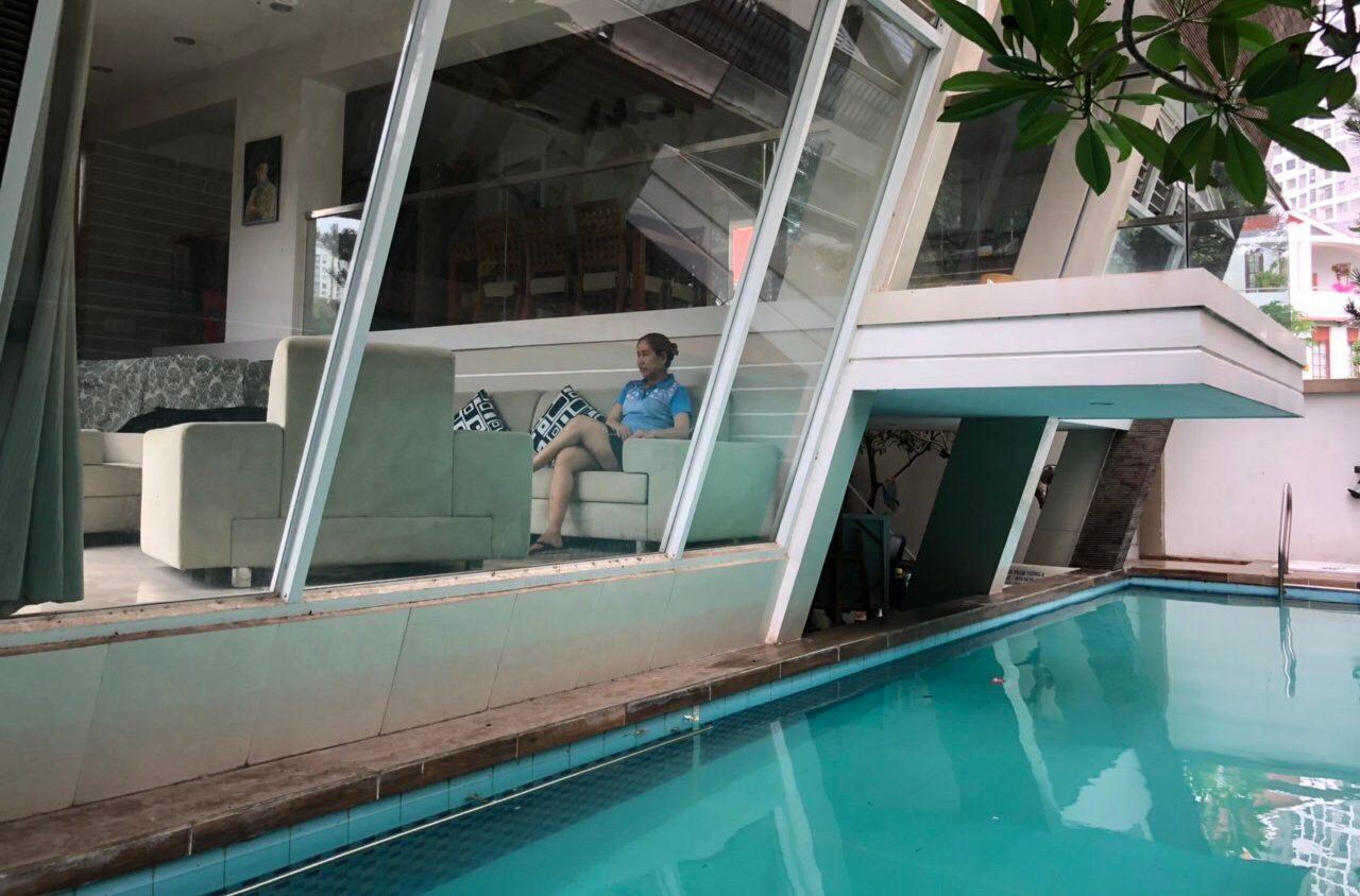 Phòng khách nhìn hồ bơi, mát mẻ